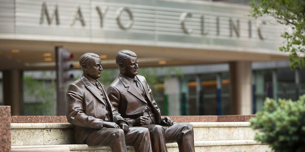 Mayo Brothers statue outside Mayo Clinic building